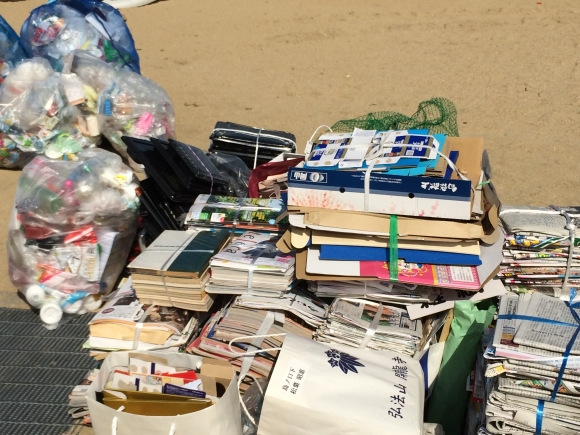 Các loại sách báo, đồ nhựa được người Nhật phân loại và bỏ vào từng túi riêng.