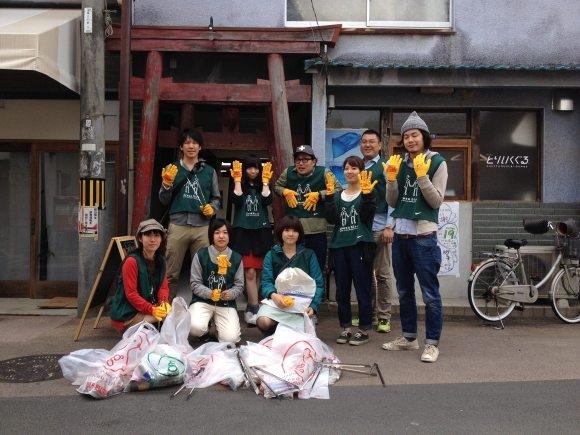 Tổ chức tình nguyệnGreenbird Okayama khuyến khích người dân chung tay dọn vệ sinh ở những khu vực giao thông cao điểm.