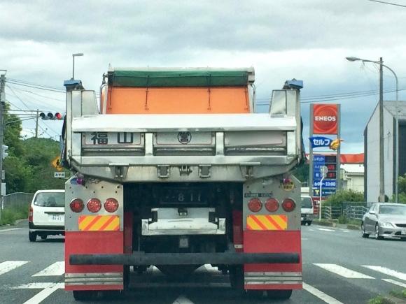Một xe tải ở Nhật được rửa và lau chùi sạch bóng.