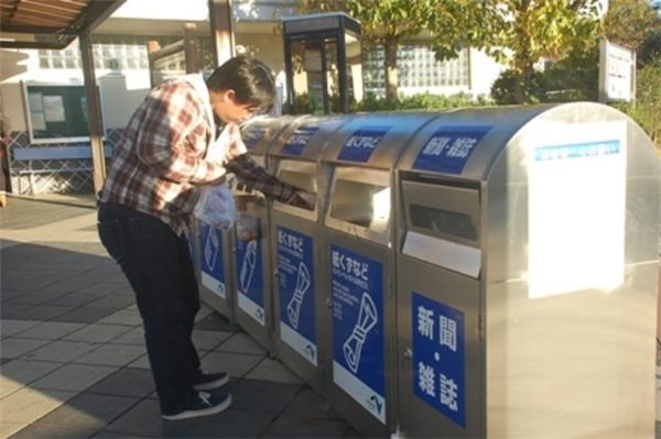 Người dân đang bỏ rác vào các thùng phân loạiở Nhật.