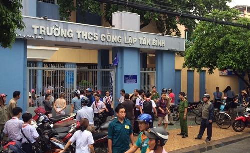 Học sinh trường THCS công lậpTân Bình được di tản ra sân trường và thông báo phụ huynh đến đón sớm.(Ảnh:Sơn Hòa)