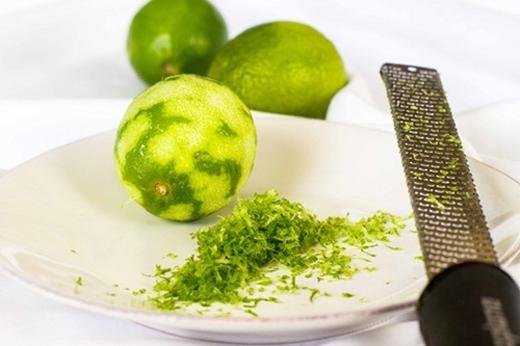 Bước 1: Bạn rửa sạch quả chanh tươi rồi bào vỏ, xắt nhuyễn. Sau đó cắt đôi quả chanh và lấy nửa quả vắt lấy nước cốt.