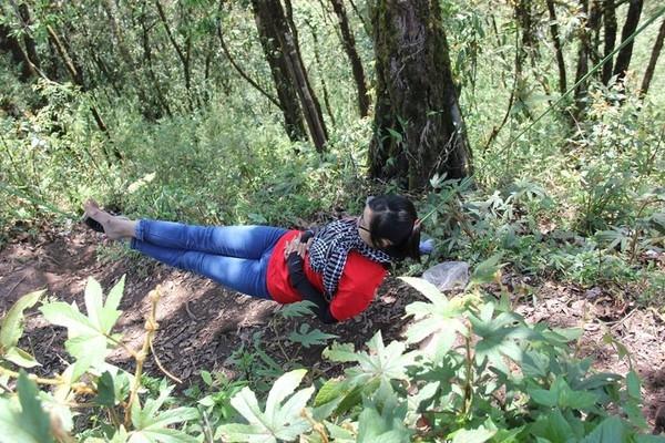 ...đến ngủ trên một sợi dây dù căng giữa hai thân cây.