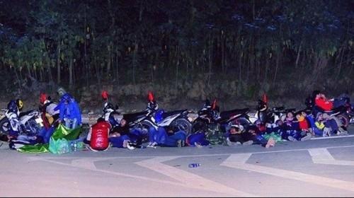 Bức ảnh từng gây xôn xao dư luận vì mức độ nguy hiểm của nó. Đoàn phượt gần 50 người ngủ ngay ở một khúc cua hẹp, khuất tầm nhìn khi trời tối mịt.