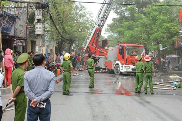 Do con phố nhỏ chật hẹp và đông đúc nên phải tới 9h15p,lực lượng cảnh sát PCCC mới có thể dẹp đường,tiếp cận hiện trường vụ hỏa họan. Lực lượng cảnh sát giao thông cũng được huy động hỗ trợ.