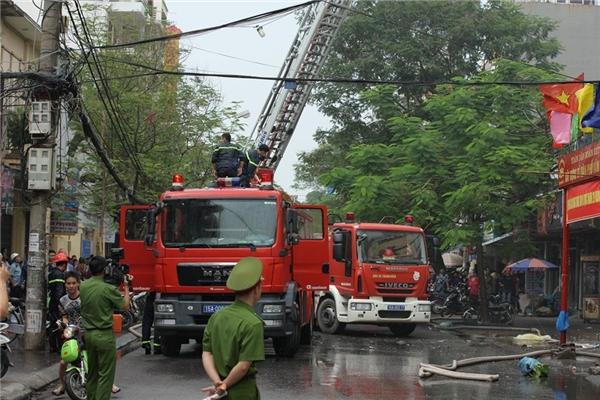 Khu vực có đám cháy rất gần đoạn đườnghọp chợ buổi sáng của bà con nơi đây,mật độ người rấtđôngcùng lượng phương tiện qua lại khálớn.