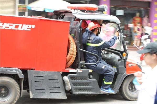 Phương tiện chữa cháy cơ động cũng được huy động hỗ trợ tác nghiệp