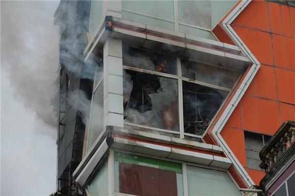Toàn bộ phòng hát hiện đại phía trước mặt tiền tầng 5 tòa nhà bị cháy trụi hoàn toàn