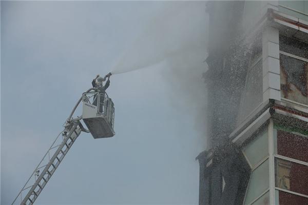 Vòi rồng bắc lên tầng 5 của tòa nhà tiếp cận trực tiếp nơi có ngọn lửa đang cháy dữ dội.