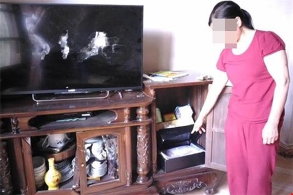 Mặc kệ chủ nhà đứng bên cạnh,nhóm cướp ngang nhiên đập vỡ ti vi, xe máy, tủ kính và lấy đi 70triệu đồng tiền mặt. Ảnh: internet