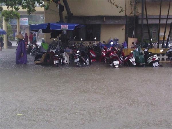 Huế ngập nặng sau mưa, người dân gần như phải bơi trong biển nước