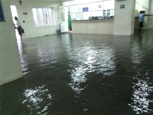 Nước lênh lángđường phố, ngập tràn bãi giữ xe và ngập vào tậnsảnh Bệnh viện ĐH Y Dược Huế. (Ảnh:Fanpage Sinh viên Y Dược Huế, FacebookThuyhien Nguyen)