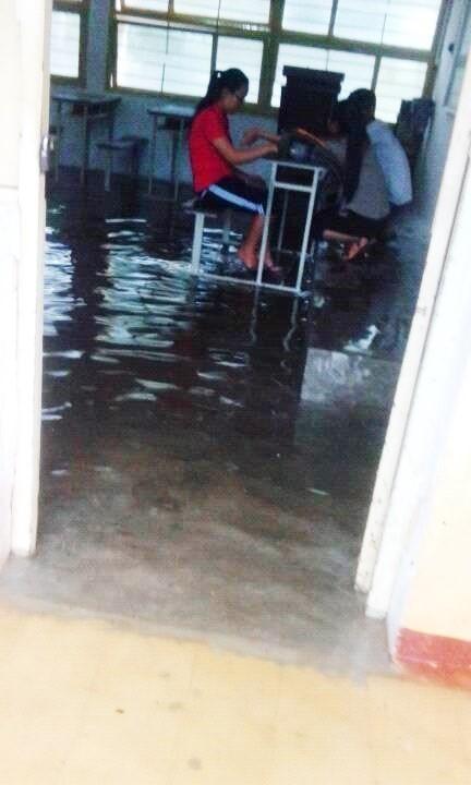 Nước tràn sân trường, nước vào tận phòng học. (Ảnh:Hà Công Tâm,FanpageHUCFL Confessions)