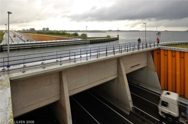 Hiện nay, hơn 28.000 xe ô tô đi lại mỗi ngàydưới cây cầu sâu 10 mét này.Tàu bè thì thoải mái đi lại nhờ phần nước bao phủ bên trên cầu   Cây cầu nước này cũng có phần đường dành cho khách bộ hành ởhai bên đường làn đường cao tốc.