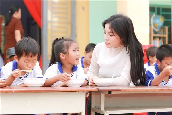 Sau đó, mọi người cùng đến từng phòng học kể chuyện, dùng bữa, múa hát với các em và thầy cô. - Tin sao Viet - Tin tuc sao Viet - Scandal sao Viet - Tin tuc cua Sao - Tin cua Sao