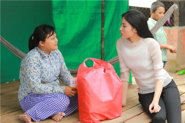 Kỳ Duyên vượt 200 cây số vào bếp chuẩn bị bữa ăn cho trẻ em nghèo - Tin sao Viet - Tin tuc sao Viet - Scandal sao Viet - Tin tuc cua Sao - Tin cua Sao