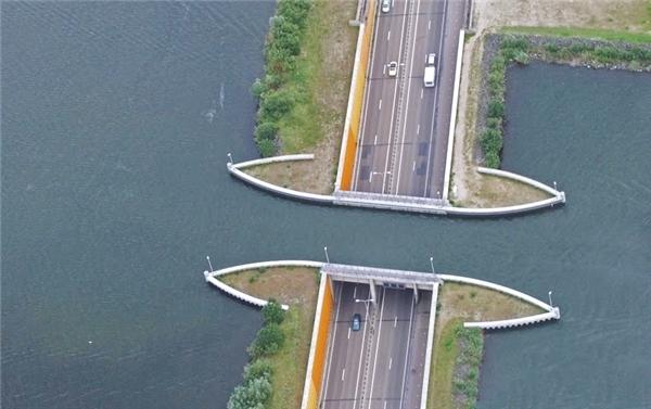 Theo thiết kế này, ô tô vàngười đi bộ bớt được những đoạn đường vòng lên cầu, đường đi ngắn lại và thỏa thích ngắm cảnh.