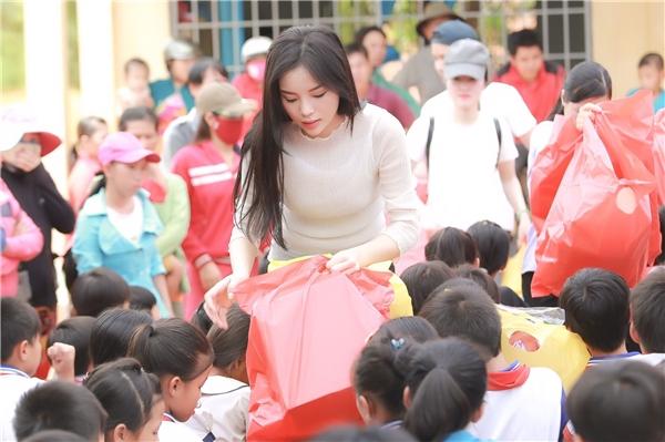 Kỳ Duyên cùng mọi người đã tận tay trao gần 300 phần quà cho các em học sinh nghèo tại đây gồm tập sách, bút, balo, áo thun, máy tính học sinh,… - Tin sao Viet - Tin tuc sao Viet - Scandal sao Viet - Tin tuc cua Sao - Tin cua Sao