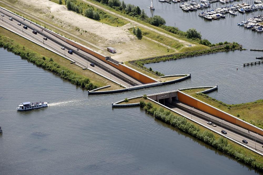 Không giống như các thiết kế cầu vượt qua sông hay cầu đường, thiết kế cầu nước đặc biệt này cho phép giao thông liên tục cả trên cạn và trên mặt nước.