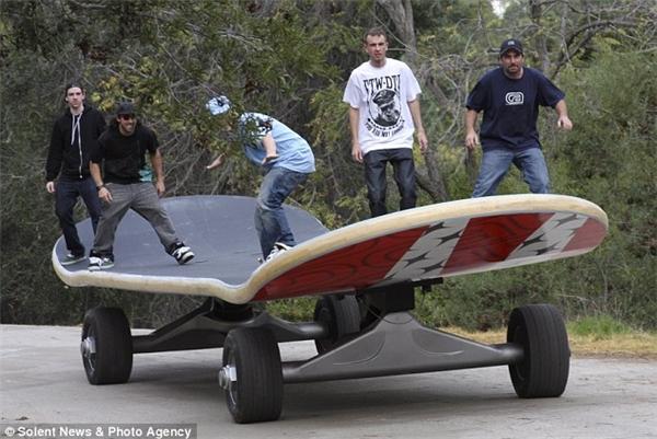 5 anh em trên một chiếc ván trượt, anh nào sẽ chịu trách nhiệm thò chân xuống đẩy ván đi đây?