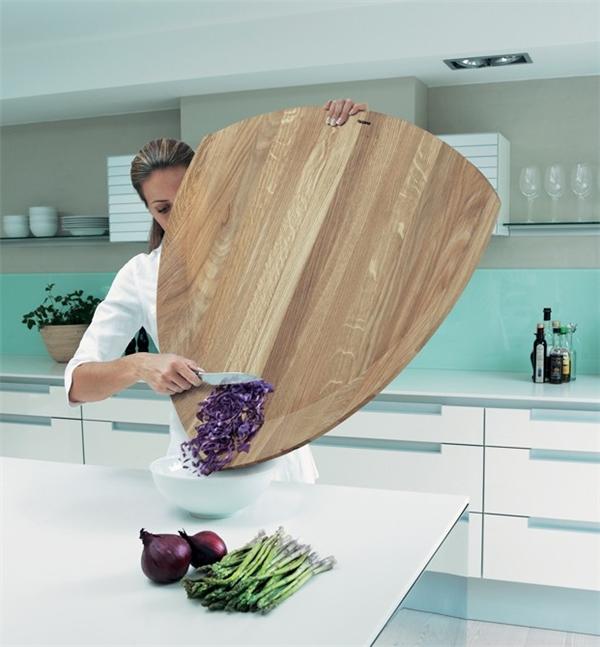 Cái thớt này ngoài công dụng cắt đồ ăn còn dùng để che chắn thân mình khỏi chảo dầu trên bếp, đảm bảo không trúng giọt nào.