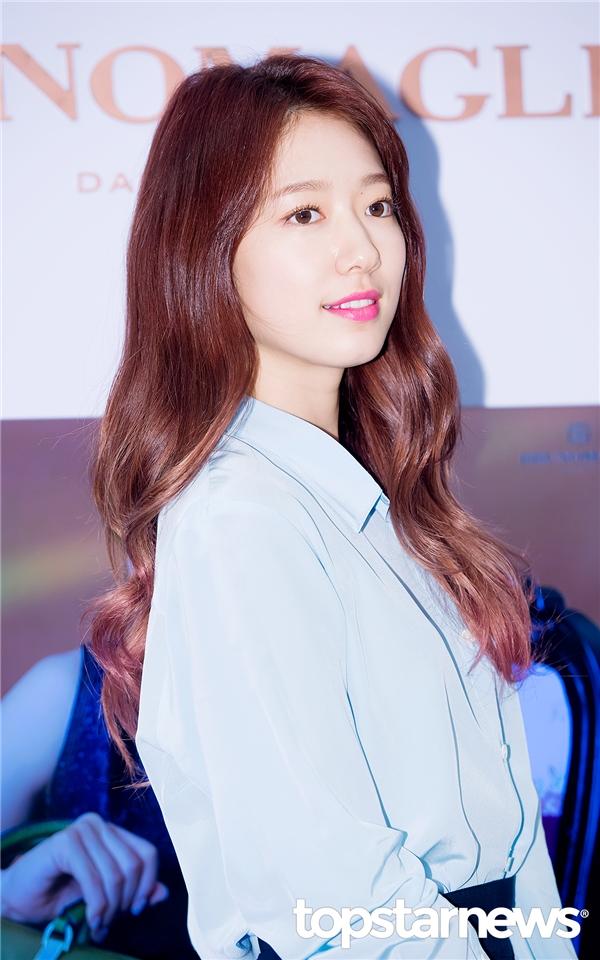 Cận cảnh làn da trắng mịn không tì vết của Park Shin Hye