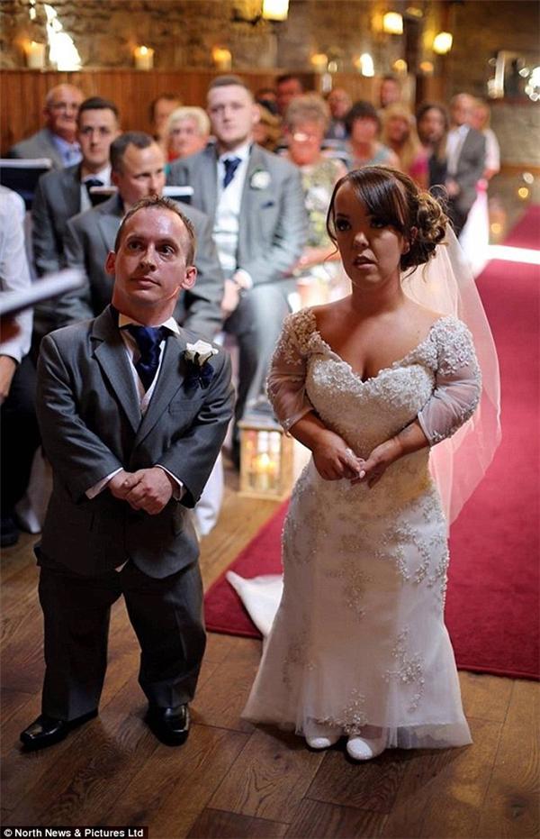 Laura xinh đẹp rạng ngời trong chiếc đầm cô dâu trắng tinh đính cườm.
