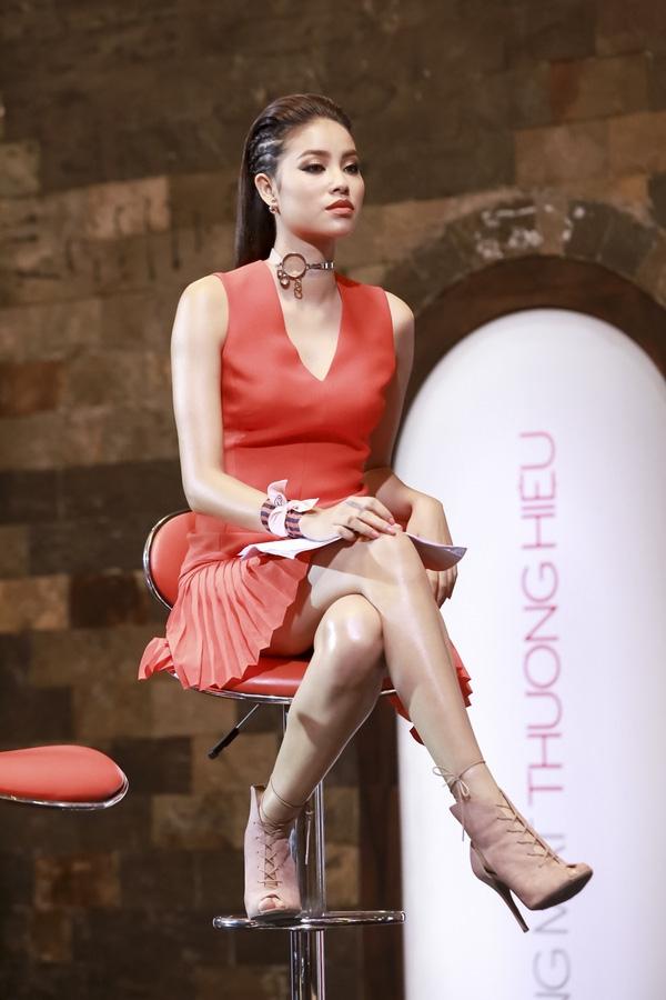 Tại The Face Vietnam 2016, căng thẳng trong mối quan hệ giữa Phạm Hương và Lan Khuê lại được đẩy lên đỉnh điểm khi Hoa hậu Hoàn vũ Việt Nam 2015 là người loại sạch thí sinh đội giải vàng Siêu mẫu Việt Nam 2013.
