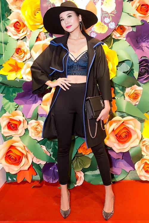 Áo khoác và quần cạp cao cũng là hai món đồ Thanh Hằng thường xuyên kết hợp cùng bra để tạo vẻ kín đáo hơn cho bộ trang phục. - Tin sao Viet - Tin tuc sao Viet - Scandal sao Viet - Tin tuc cua Sao - Tin cua Sao