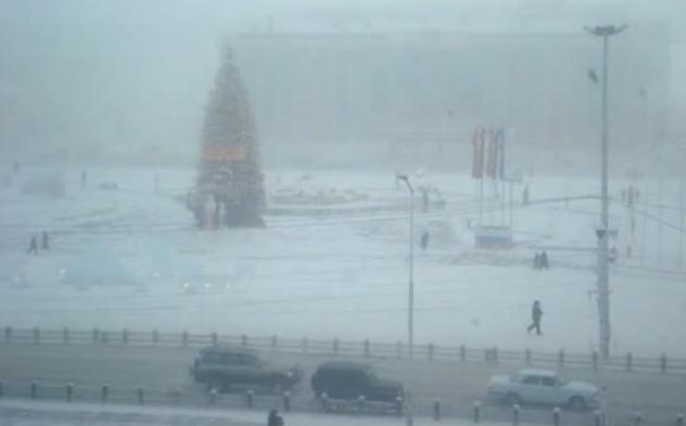 Muốn vào làng du khách phải mất hai ngày di chuyển bằng xe hơi từ thành phố Yakutsk cách đó 927km.