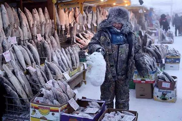 Thức ăn chủ yếu của người dân là thịt tuần lộc, thịt ngựa và cá đông lạnh.