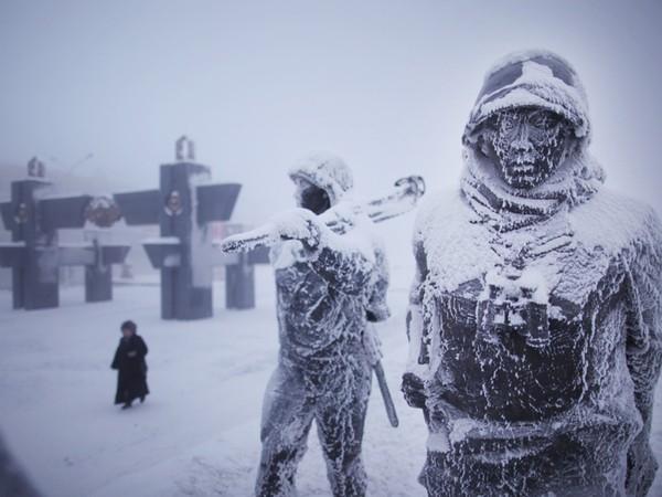 Thời tiết lạnh giá khiến cho người dân rất hạn chế ra ngoài, trên đường người đi lại rất thưa thớt.