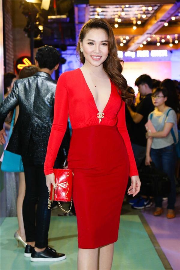 Quỳnh Thư nổi bật với váy đỏ cùng ví cầm tay cùng màu. - Tin sao Viet - Tin tuc sao Viet - Scandal sao Viet - Tin tuc cua Sao - Tin cua Sao