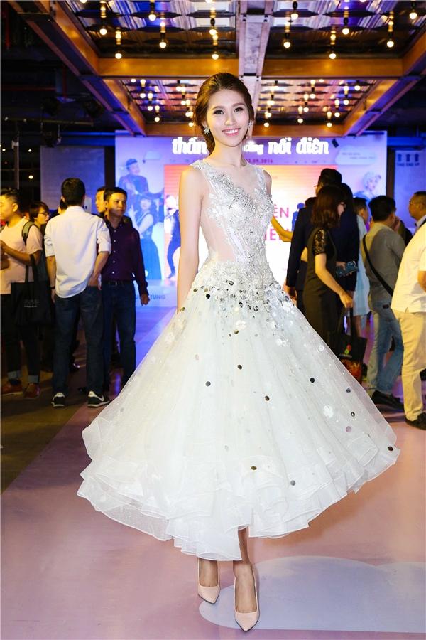 Quỳnh Châu dịu dàng trong chiếc váy xoè trắng lấp lánh. - Tin sao Viet - Tin tuc sao Viet - Scandal sao Viet - Tin tuc cua Sao - Tin cua Sao