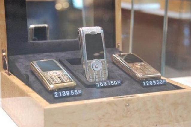 Vỏ điện thoại làm bằng vàng và nút bấm đính kim cương.(Ảnh: Internet)