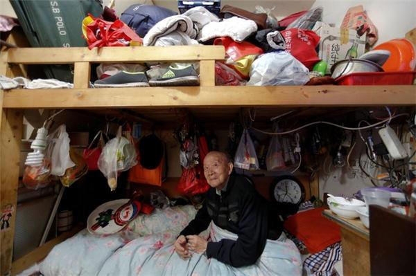 Ông Zeng ngồi trong căn phòng của mình tại khu Quang Phục Lý. Do gặp khó khăn trong việc đi lại nên ông treo đồ đạc gần quanh mình để tiện lợi cho việc lấy đồ.