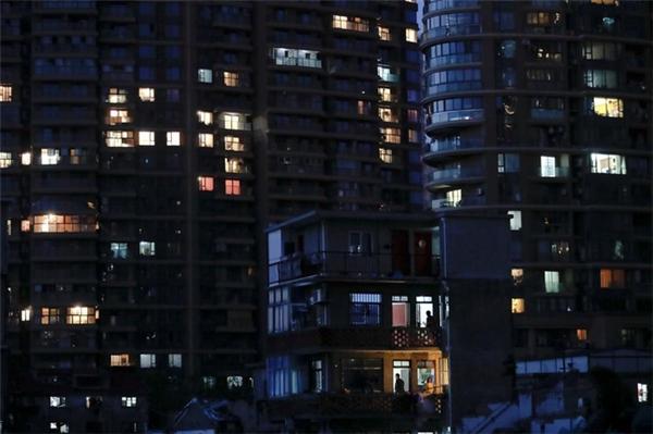 Màn đêm buông trên khu ổ chuột lớn nhất của thành phố Thượng Hải.