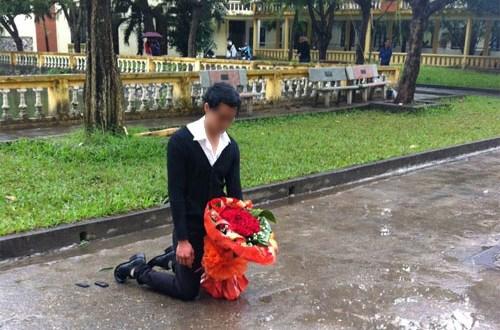 Sáng 26/11/2012, tại sân trường ĐH Sân khấu Điện ảnh Hà Nội, một chàng trai gây xôn xao khi đứng dưới mưa cùng bó hoa trên tay để xin lỗi bạn gái. (Ảnh Internet)