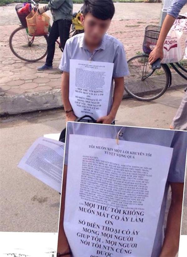 Chiều 22/5, hình ảnh chàng trai quỳ gối, cầm biển níu kéo người yêu tại công viên Cầu Giấy được đăng tải trên nhiều diễn đàn.(Ảnh Internet)
