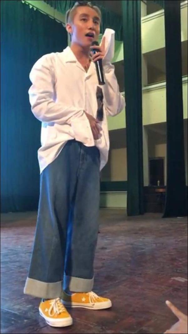 Chiếc áo trắng kết hợp cùng quần jeans denim cổ điển khiến Sơn Tùng trông kém gọn gàng.
