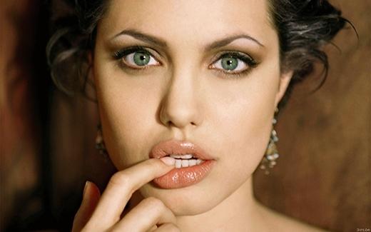 Mặc dù có gương mặt vuông vức góc cạnh song Angelina Jolie vẫn được mệnh danh là biểu tượng sắc đẹp hàng đầu nước Mỹ và đại diện cho cả châu Âunhờđôi mắt hút hồn vàbờ môi dày căng mọng nổi bật. Đó cũng chính là hình mẫu vẻđẹpmà các cô gái phương Tây luôn ao ước có được.