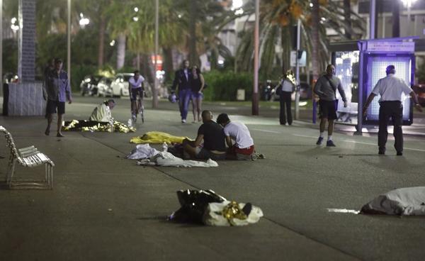 Vụ khủng bố bằng ô tô tải tại Nice, Pháp vào ngày Quốc khánh 15/7/2016khiến cả thế giới kinh hoàng.