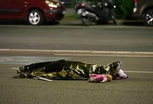 Cảnh tang thương, chết chóc bao phủ lên thành phố Nice xinh đẹp của Pháp.