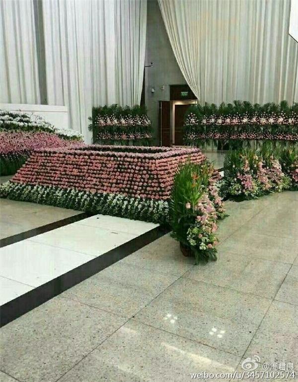 Đám tang của anh tràn ngập hoa tươi.