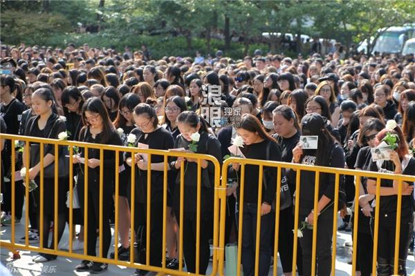 Trần Kiều Ân khóc nức nở trong đám tang bạn thân Kiều Nhậm Lương