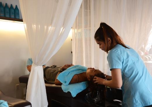 Dù gọi là spa nhưng lạitập trung vào những dịch vụ thường thấy ở một salonnhư gội đầu, làm móng, massage chân, đầu-cổ-vai-tay và mặt.