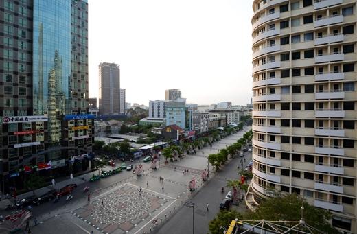 Vừa thư giãn bạn vừa có thể nhìn ngắm những hoạt động náo nhiệt trên phố đi bộ Nguyễn Huệ.