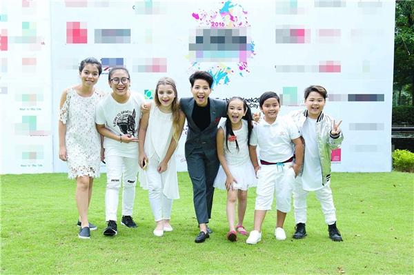 Vũ Cát Tường cùng học trò đội mưa đến chúc mừng Đỗ Mạnh Cường