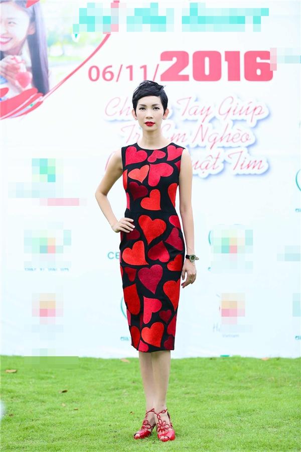 Xuân Lan nồng nàn, quyến rũ với sắc đỏ cam trẻ trung. Bộ váy tạo điểm nhấn bởi họa tiết thêu tay kì công.