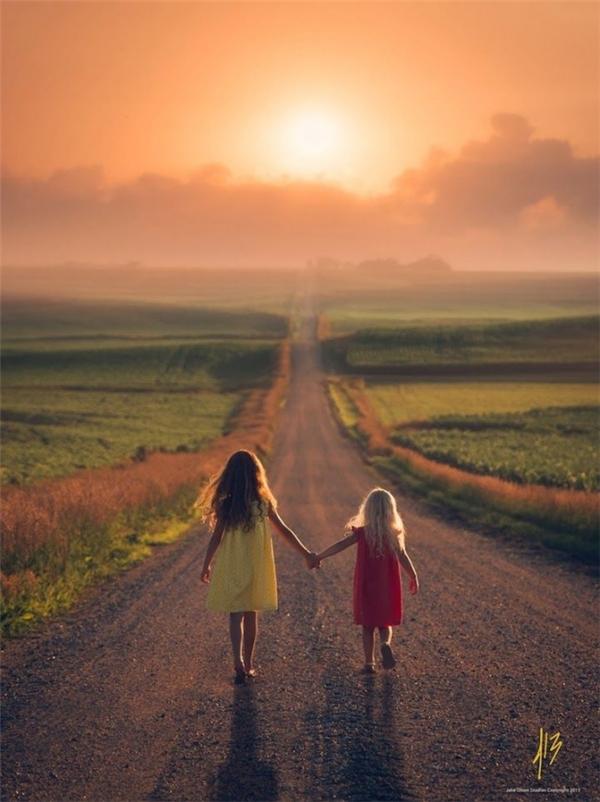 Đường đời còn dài nhưng chỉ cần chị em mình nắm chặt tay nhau tiến bước thì sẽ chẳng có trở ngại nào cản được chúng ta.